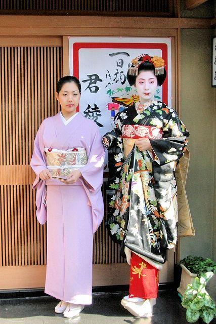 """芸妓さんと舞妓さんのブログ (maiko with her """"older sister"""")"""