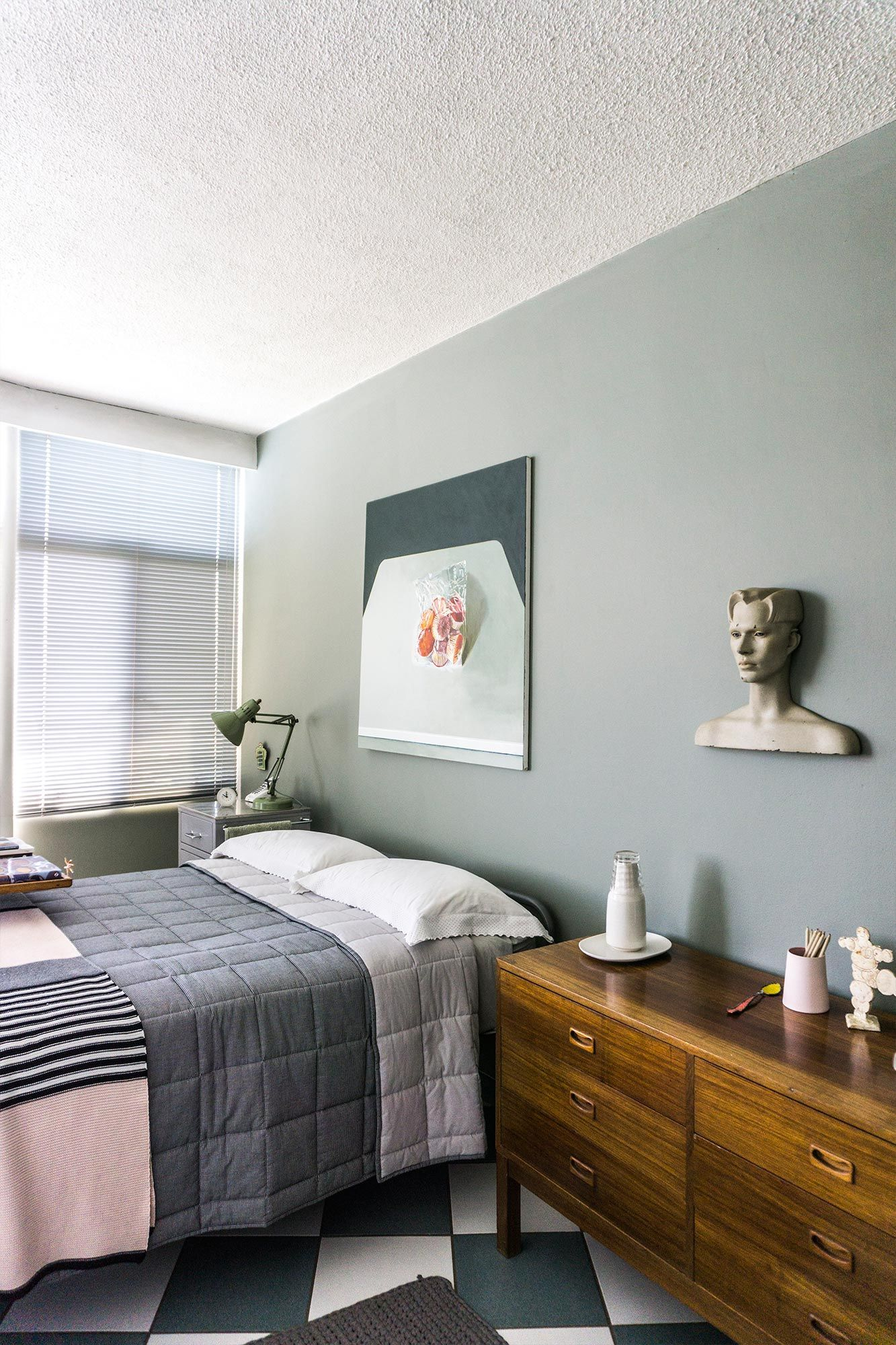 Grey-green walls combined with blue and pink decor elements ...