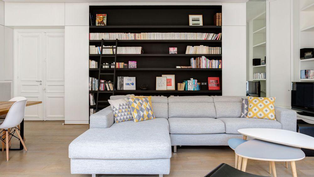 Une bibliothèque intégrée au mur, peinte en noir Essence mat dans le ...