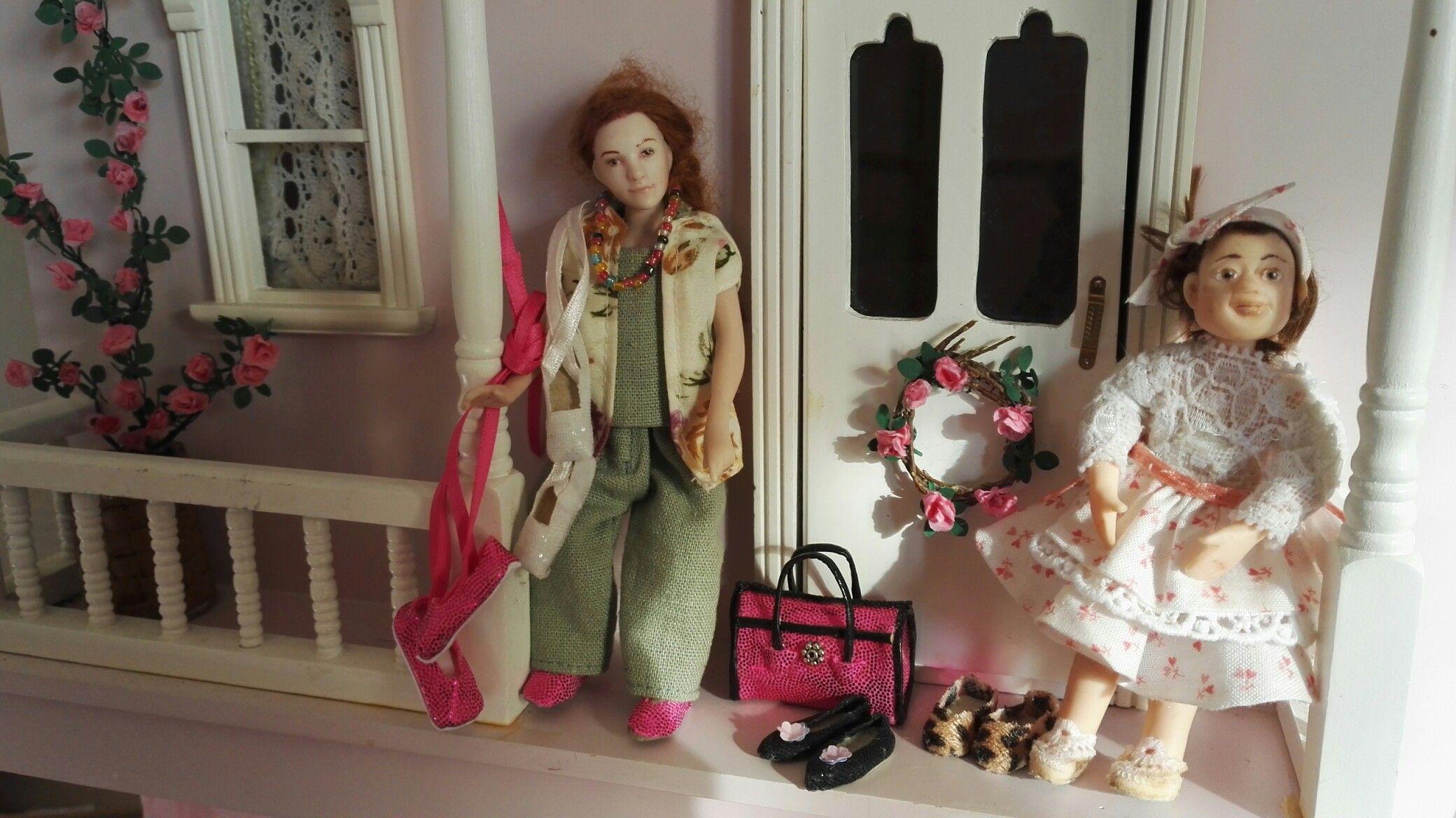 Ruusuja, kenkiä, tossuja, tytön hame ja essu, itsetehtyjä
