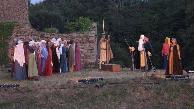 Arthur Ier prend vie au château de Suscinio. Le spectacle en plein air se termine sur le traditionnel embrasement de la forteresse du Moyen-Âge.
