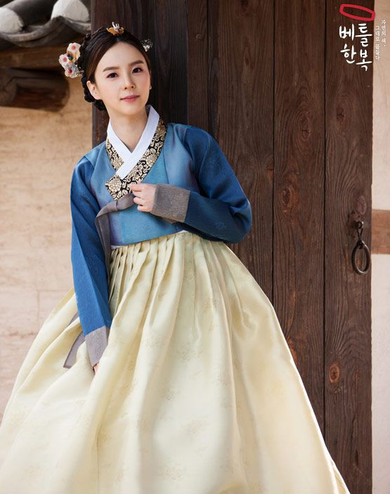 Lovely Korean Hanbok with golden embellishments. The hairpieces are pretty too!