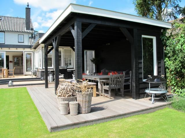 Moderne houten veranda met vlondervloer en plat dak. douglas houten