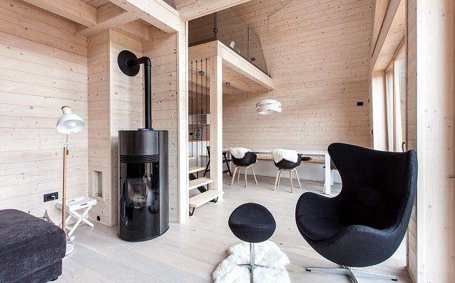 Salon chaleureux et lumineux d'un chalet en bois ©studiopikaplus.si