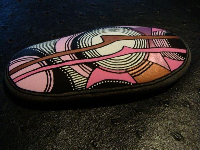 212, Galet peint à l'acrylique dans des tons rose, rose métallisé, rouge métallisé, noir, blanc.