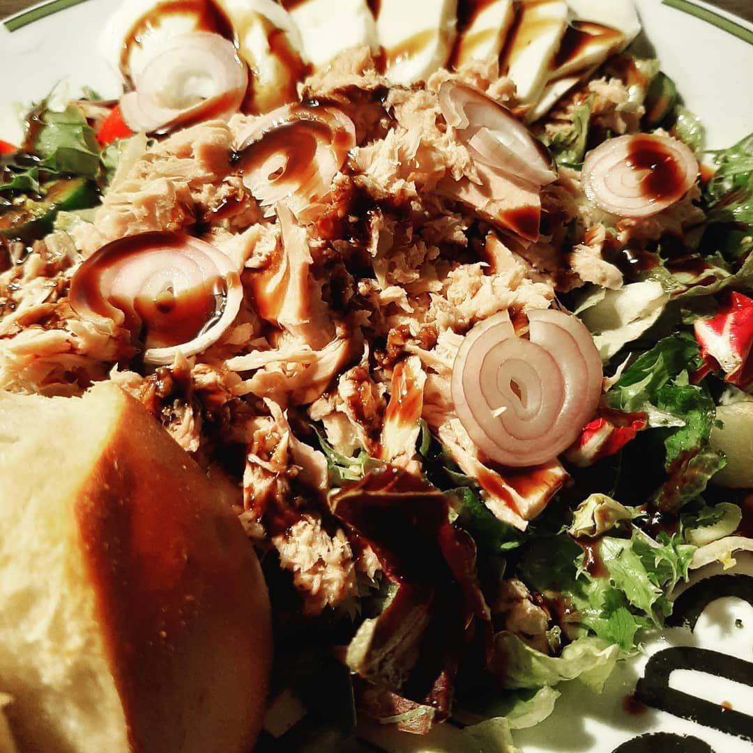 Heute Abend gab es noch mal Salat mit Thunfisch. Dazu Mozzarella light und ein Laugenbrötchen. Als Dressing gab es Essig/Öl mit Salatkräutern.  Rohkost am Abend ist eigentlich nicht so eine gute Idee,aber wenn es schmeckt.  Gute Nacht ✌