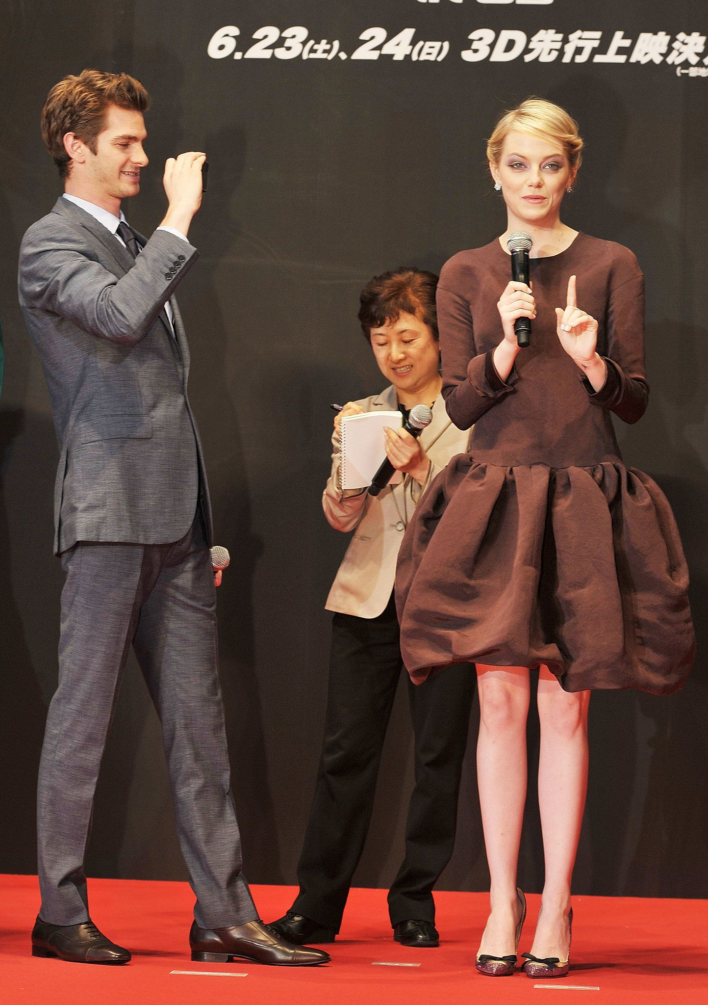 Andrew Snapped A Cute Photo Of Emma During The Tokyo Premiere Of The The Way They Were Emma Stone And Andrew Garfield S Most Adorable Moments Andrew Garfield Emma Stone Cute Photos