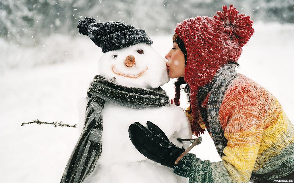 Девушка в красной шапке целует снеговика в щёку — Авы и ...