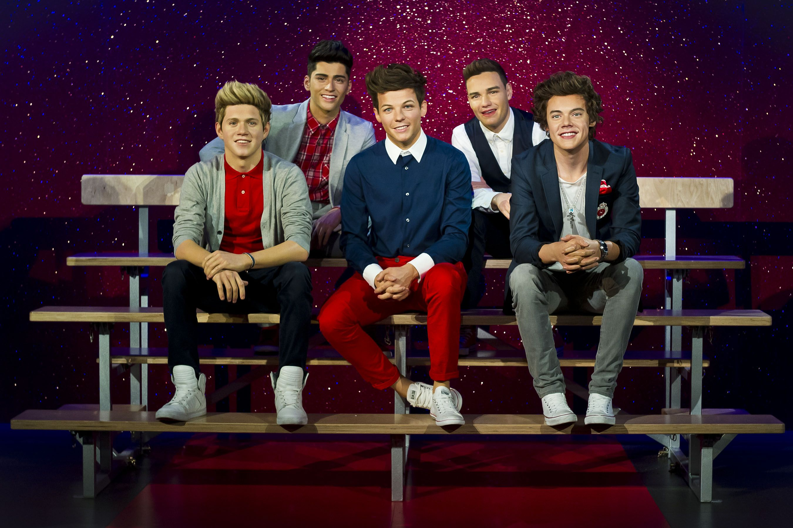 The 1d Wax Figures Take Their Place In In Madame Tussauds The Boys Sit Casually Together On A School Style Double Ben Madame Tussauds Tussauds London Tussauds
