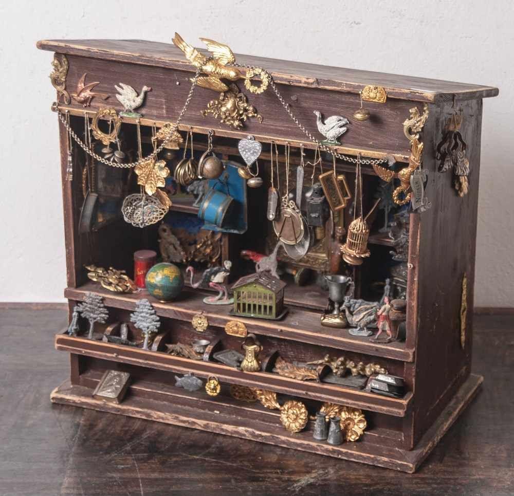 Kleines Kuriositatenkabinett Puppenstube Wohl Anfang 20 Jahrhundert Ausgestattet Mit Zahlreichen Gegenstanden Aus Blech Z Antiques Online Auctions Auction