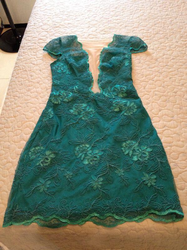 Vestido curto de renda verde para casamento
