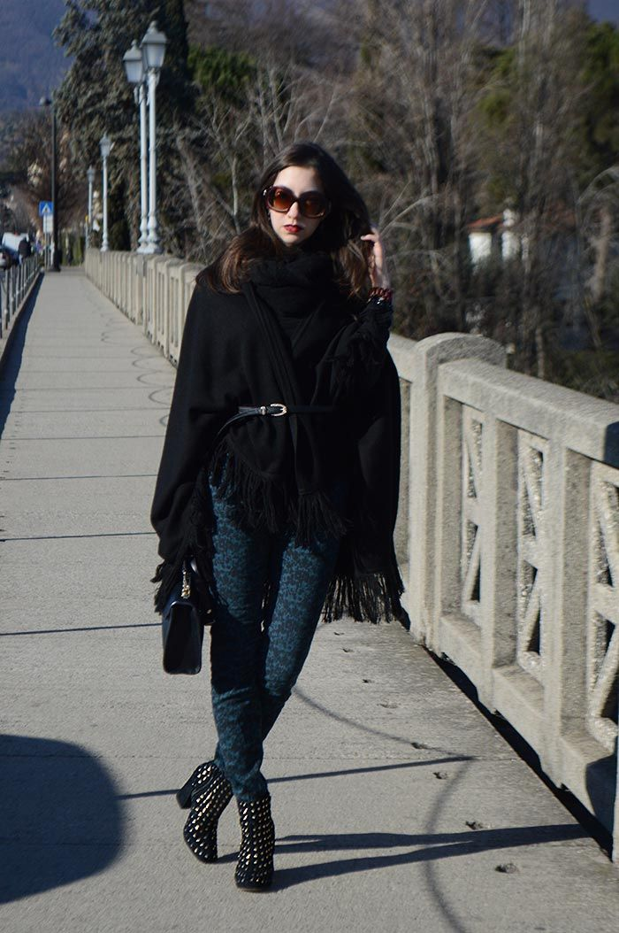 Look com calça estampada e capa em Bassano Del Grappa - Itália #outfit #streetsyle