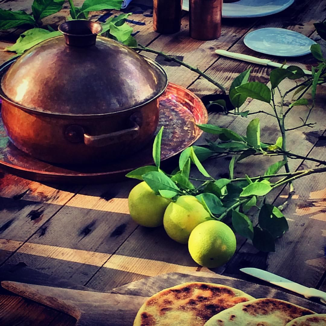 Lunch under the tree in the secret garden #slowlife #healthylife #cleaneating #organicfood #secretgarden #marrakesh #permaculture #homemade #seasonal Happy sunday to all of you