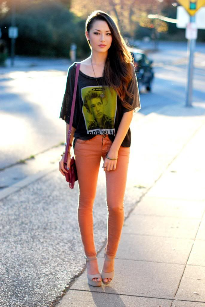 colored skinny jeans with graphic tee