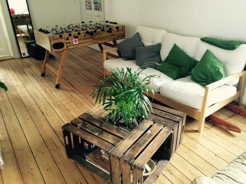 Geräumiges Wohnzimmer In Hannover Altbauwohnung Mit Weißer Couch Und Grünen  Kissen Sowie Einem DIY Couchtisch