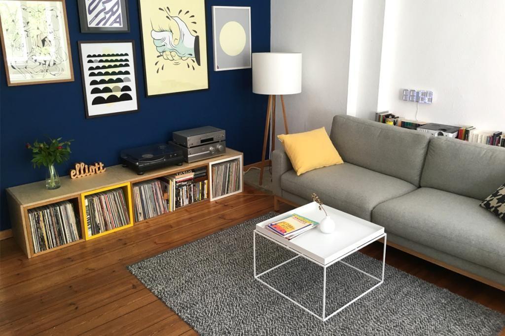 idee fr eine moderne und gemtliche wohnzimmereinrichtung graue couch dunkelblaue wandfarbe bcher - Dunkelblaue Wandfarbe