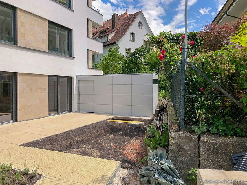 Zwei Gartenhäuser als Sichtschutz in NeubauWohnanlage in