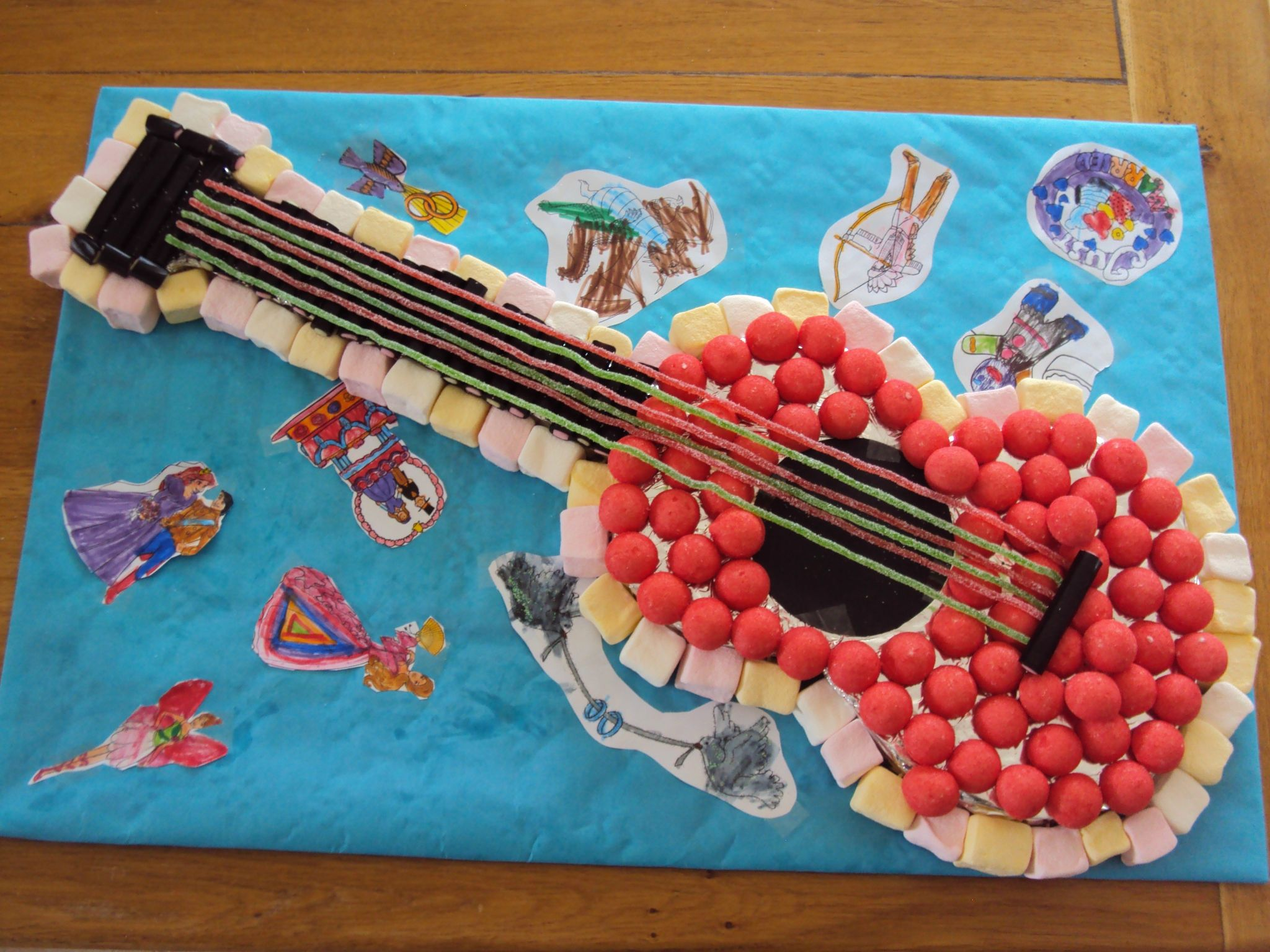 G teau de bonbons en forme de guitare tarta de chuches originales pinterest bonbon - Gateau en bonbon ...