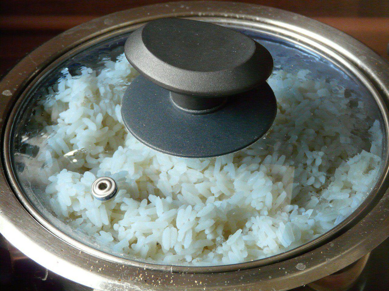 """Cocinar el arroz de forma tradicional podría no ser tan saludable como pensamos, debido a sus niveles de arsénico. El arroz contiene de 10 a 20 veces más arsénico que otros cereales. La noticia ha surgido del programa de televisión 'Trust me, I'm a doctor' ('Confía en mí, soy doctor') de la BBC. Andy Meharg … Continuar leyendo """"Cocinar arroz de forma tradicional podría no ser saludable"""""""