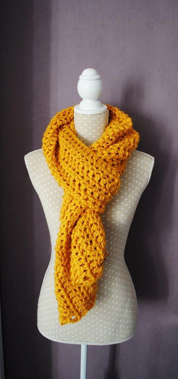 Echarpe, col, snood réalisé au crochet laine jaune moutarde ... 8ed3eeb5f04