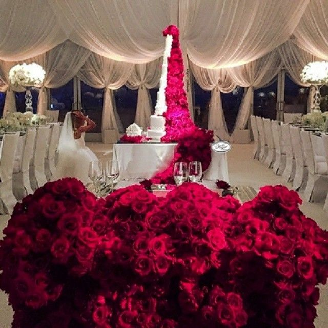 So, this just happened! Awestruck, @sacks_productions! @royal_cakes 1,000 red roses dripping to the floor! Congratulations to all involved, @theemptyvase and @revelryeventdesign. #weddingcake #floral #decor #glamorous #luxe #luxewedding #royalcakes #dream #igerstoronto #Toronto #igerscanada #sweets #roses #redroses #luxuryweddings #awe #weddinginspiration #goals #beautiful #photooftheday #StrictlyWeddings