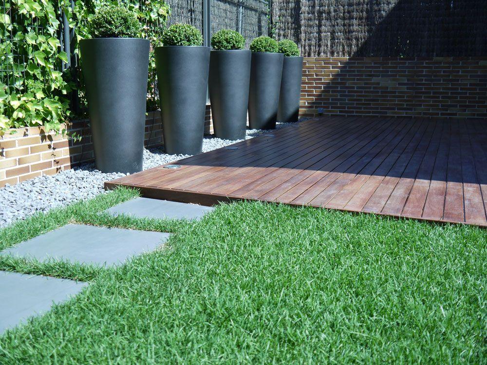 Jard n moderno basalto pasos porcel nico en gris antracita for Bajos con jardin en pozuelo