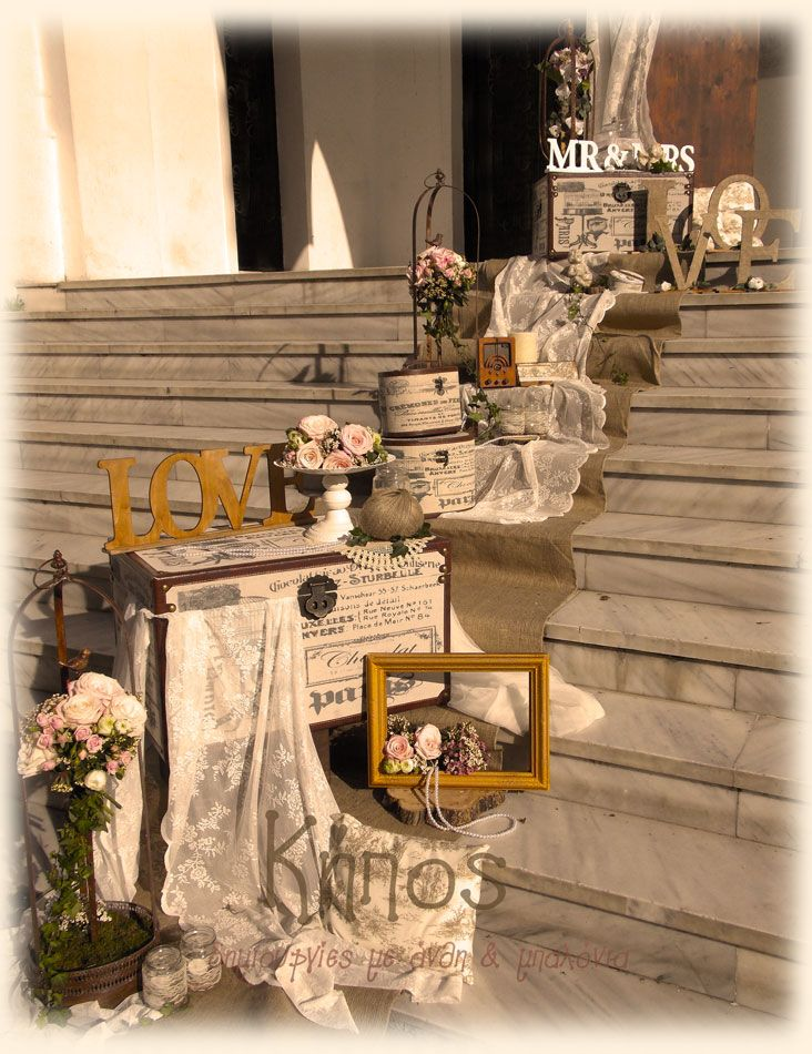 5cac6c2678e7 Ρομαντικός ρουστίκ στολισμός γάμου με βαλίτσες