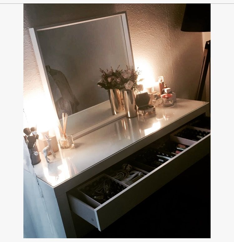 my vanity ma coiffeuse lampes cubik alin a coiffeuse malm ikea miroir ikea l ments d co h m. Black Bedroom Furniture Sets. Home Design Ideas