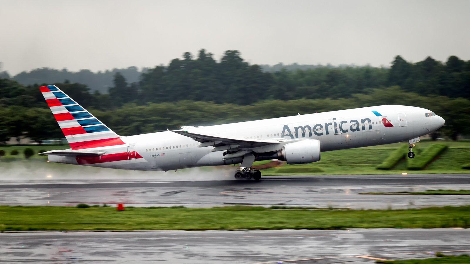 American airlines boeing 777200er n798en tokyo