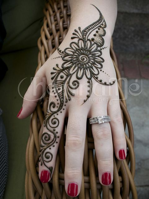 Simple And Modern Mehndi Design Great For Indian Wedding Guests