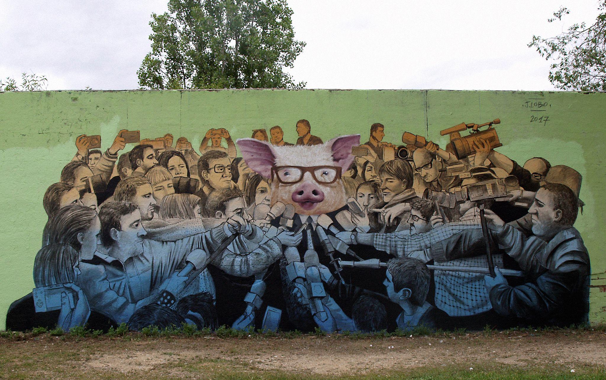 "Comparto con vosotros mi último mural titulado, ""Rueda de prensa"" Realizado en Madrid.  I share with you my last titled mural, ""Press conference"" Made in Madrid.  #mural #streetart #grafiti #riseup #j.lobo #murea #ruedadeprensa #cerdo"