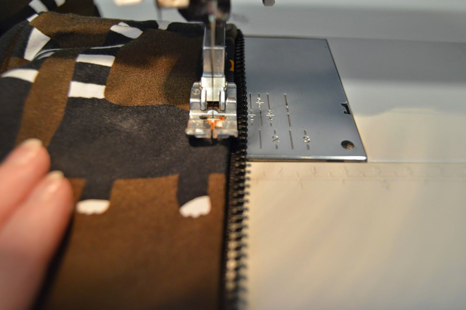 How to sew zipper to hoodie. (Instructions in Finnish, good pictures.
