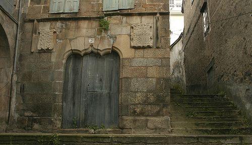 Betanzos Puerta medieval de la derrumbada CASA GOTICA, la casa más antigua del pueblo, hoy es un amasijo de escombros