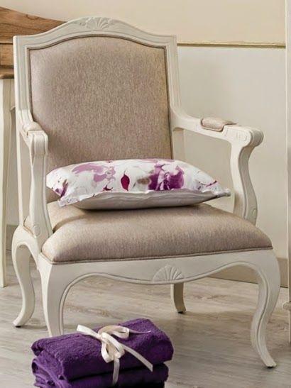 Sillón SENA de Bambó Blau. De madera de roble acabado blanco. Estilo clásico francés Louis XV. Para salón, despacho o dormitorio.