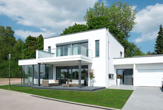Die moderne ist ein um einen glasanbau erweiterter w rfel for Moderne villen grundriss