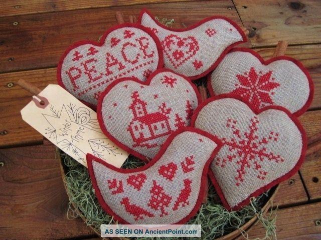 Cuscinetti di varie forme con tanti disegni ricamati.... il tutto colorato di rosso!!! Molto natalizi!!!