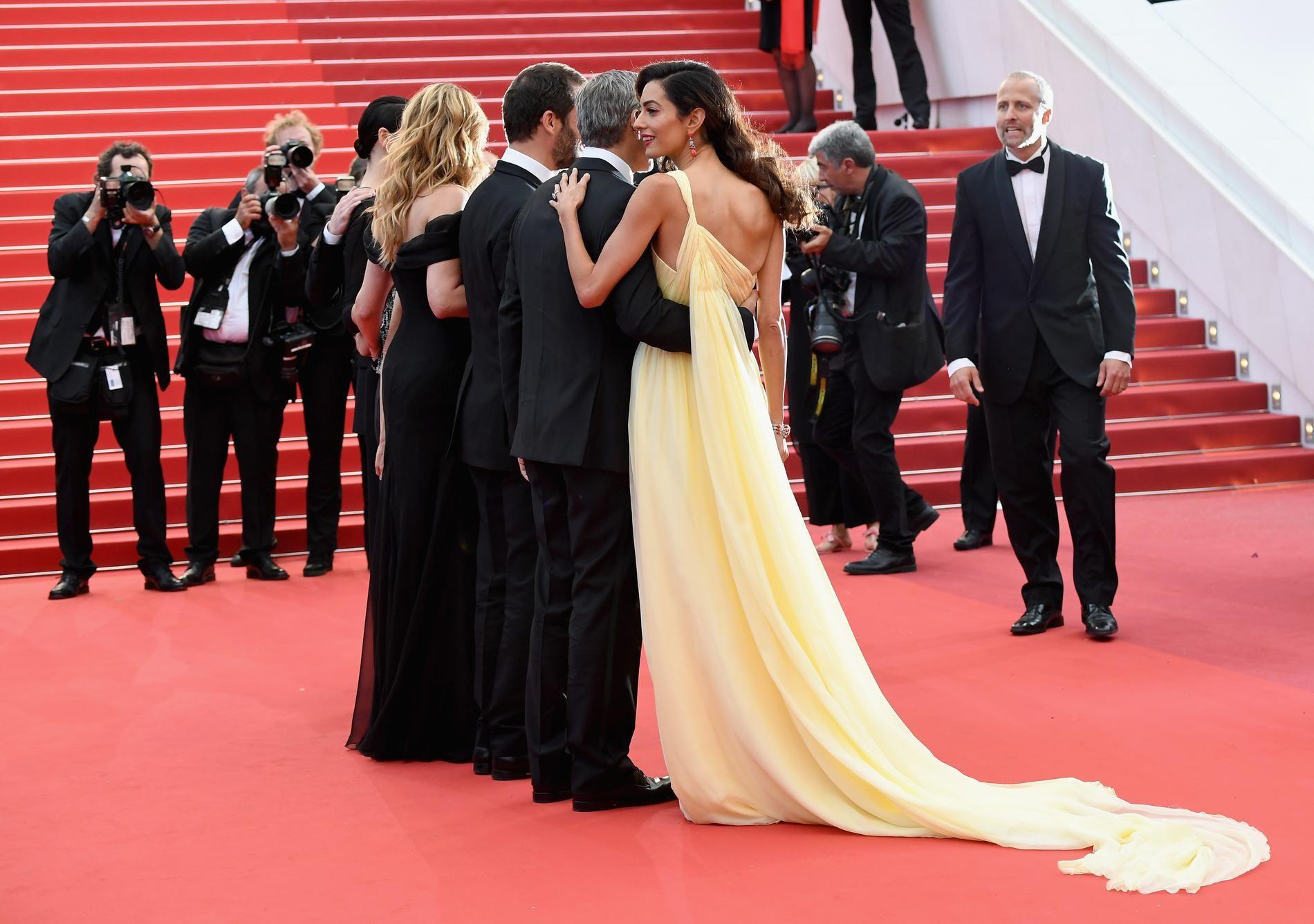 Amal Clooney, Invitée Surprise Dans Une Robe Longue Traîne