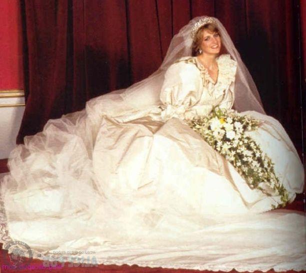 Princess Dianas Wedding Dress Designed By Elizabeth And David Emanuel Was Made Of Silk Taffeta