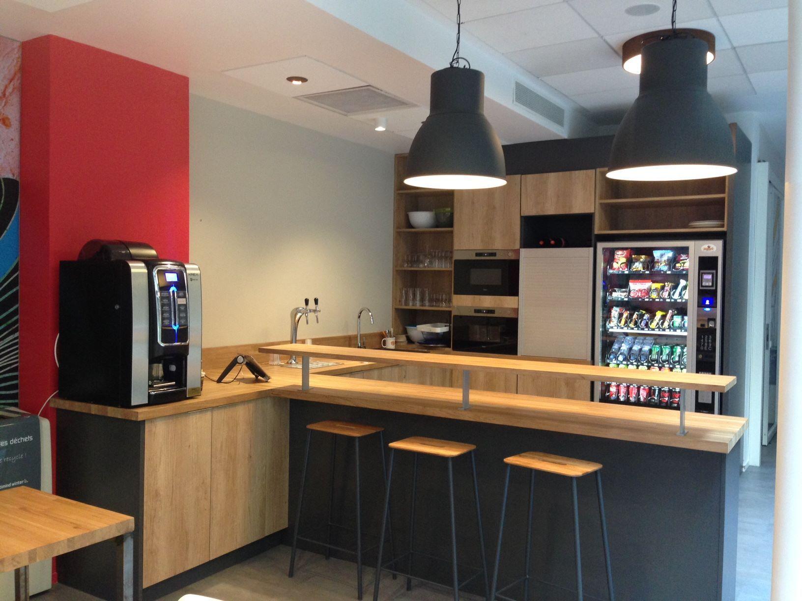 Espace Cuisine Amenagement Sur Mesure De L Ensemble Du Mobilier Plan De Travail Et Snack En Bois M Plan De Travail Hetre Cuisine Blanc Laque Plan De Travail