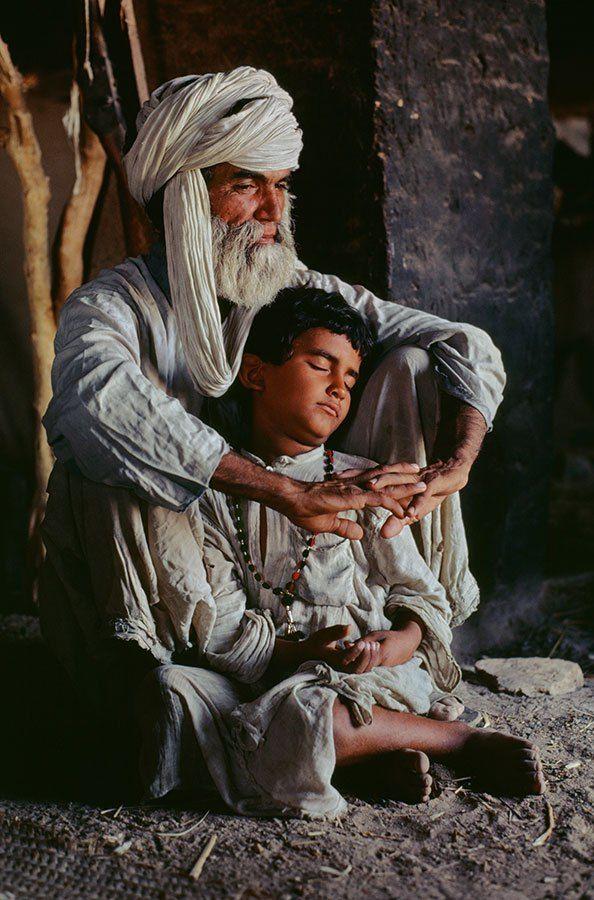 Sala 1. Afghanistán y Pakistán. Foto 1 Los viejos velan el sueño que nos muestra el futuro