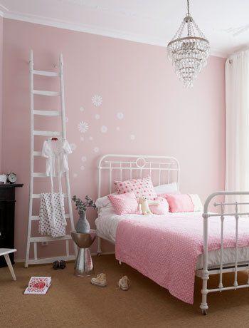 Kroonluchter Voor Meisjeskamer.Door De Kroonluchter Ladder En Lieve Pastelroze Beddengoed Oogt