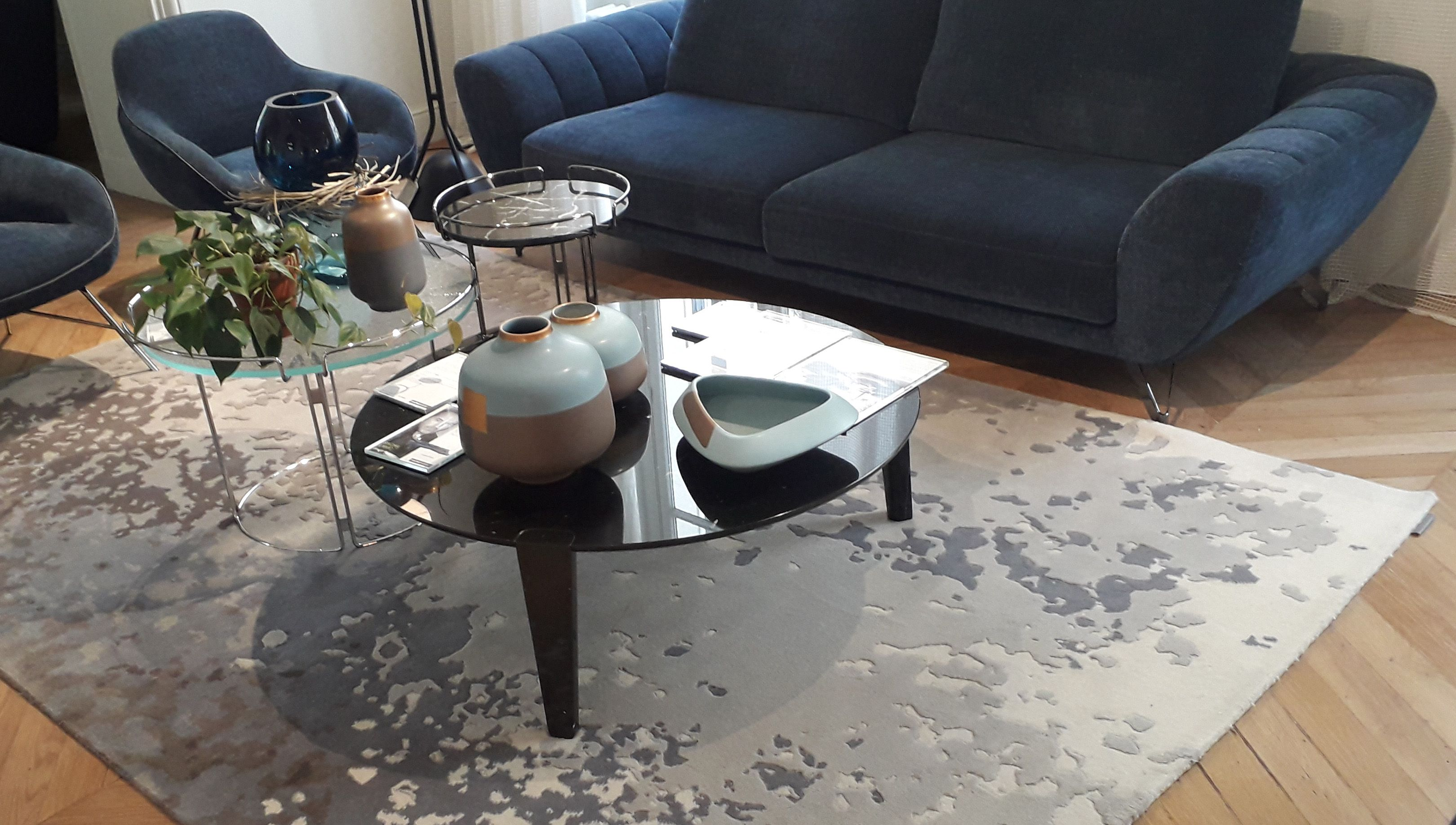 Crazed Rug Currently Staged In Roche Bobois Store In Paris St Germain Sergelesage Tapis Contemporain Tapis Design Design Contemporain