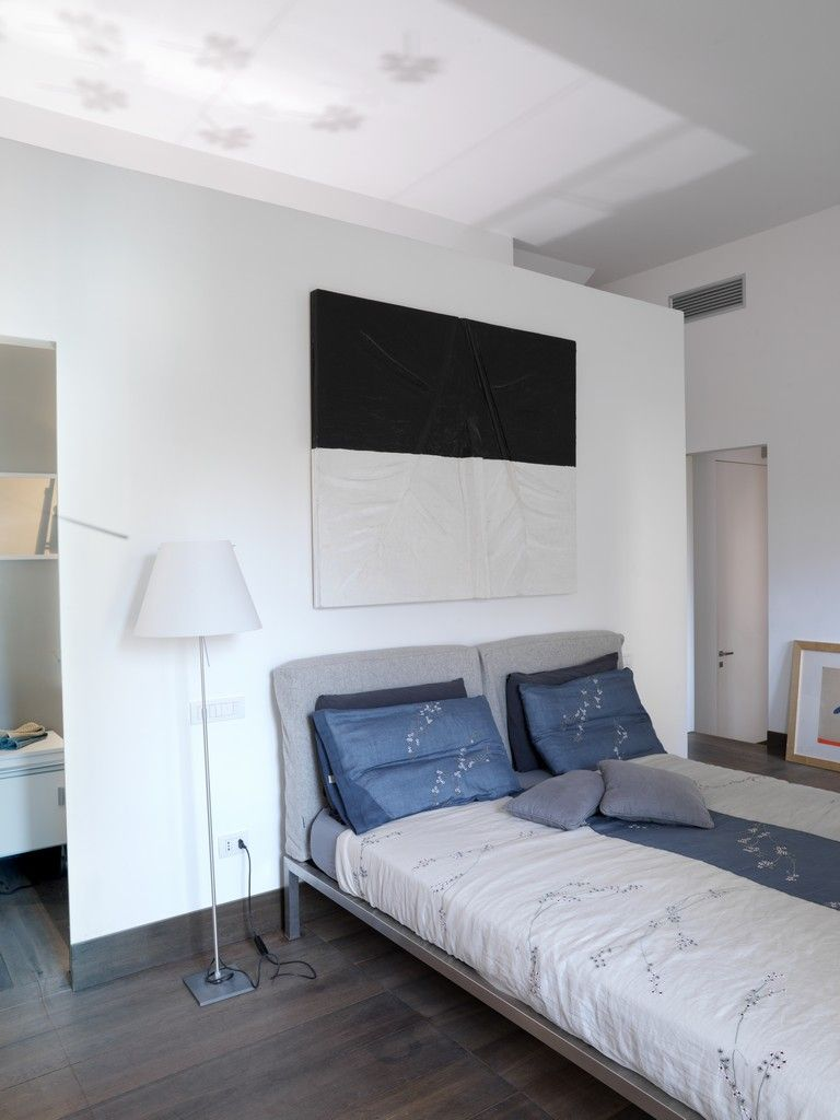 na3 – Studio di Architettura | Casa al Gianicolo/Walkway behind bed, Wall becomes headboard.
