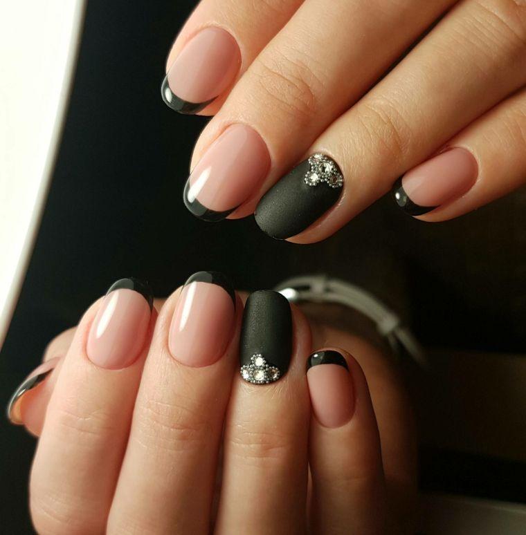 Smalto nero in abbinamento al rosa, decorazioni con brillantini e french  manicure