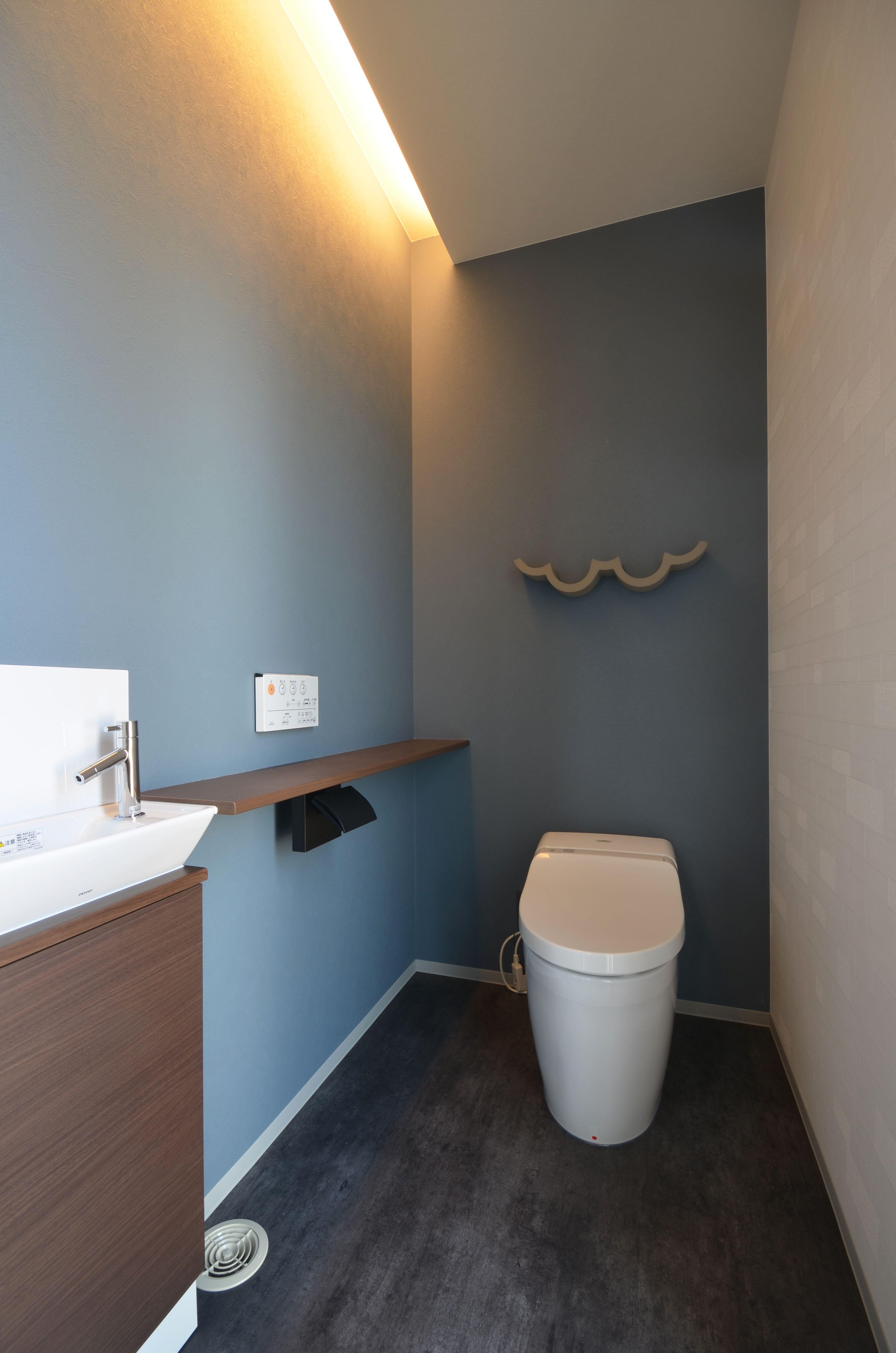 間接照明と雲の形のトイレットペーパーホルダーがおしゃれなトイレ