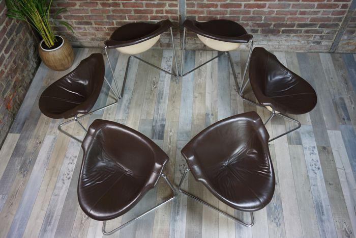 Uiterst zeldzaam serie van zes Pussycat stoelen ontworpen door Kwok Hoi Chan voor Steiner, editie 1968. Een van de eerste samenwerkingen tussen het beroemde huis van Steiner en de ontwerper van internationale faam Kwok Hoi Chan. Original, uitzonderlijke en tijdloos, deze stoel, ontworpen in 1969, bestaat uit een ABS-shell, vrijdragende, opgeschort, bedekt met schuim gekleed in bruin leer. Haar unieke en ongewone base (van de ontwerper merk) is gemaakt van gevouwen en verchroomde stalen buis…