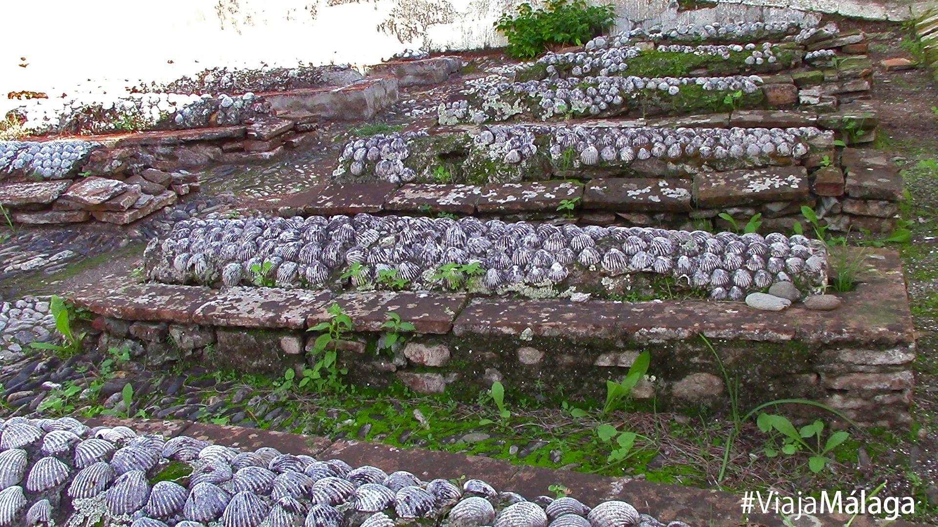 En su interior, las tumbas están decoradas con conchas blancas. Muchas de ellas son enterramientos de niños.