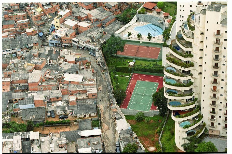 Cette image montre une injustice car nous voyons clairement sur cette que des gens vivent dans la misère des favelas au Brésil et juste à côté un hôtel de luxe pour des personnes aisée financièrement. MG