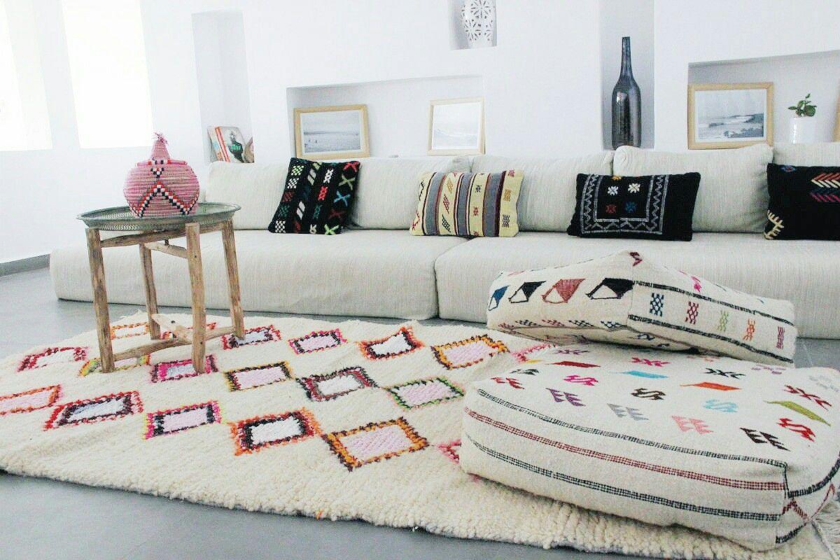 Farbenfroher Azilal In Kombi Mit Bunten Kissen Und Poufs Aus Marokko Mehr Davon Gibt S In Unserem Shop Marokkanische Teppiche Marokkanischer Teppich Teppich