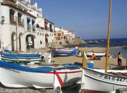 Situada en el municipio de Begur, Sa Tuna es una pequeña cala que nos traslada al pasado. Tiene un pequeño paseo marítimo con varios restaurantes y es accesible en coche y a pie.